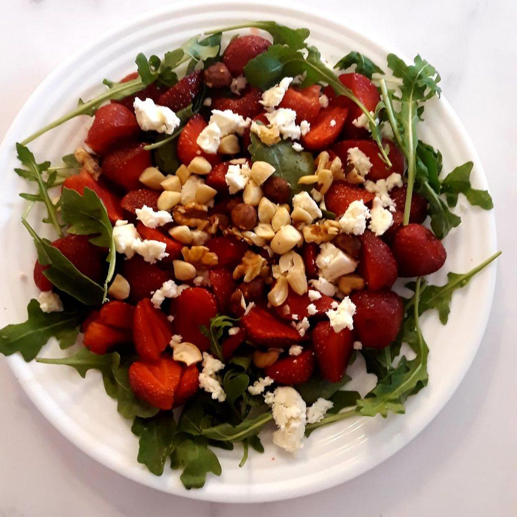 salatka z rukola i truskawkami