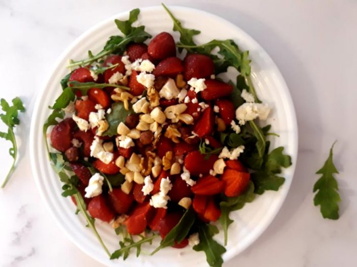 salatka z rukola i truskawkami2